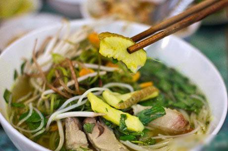 Món bún cá Châu Đốc hấp dẫn với vị ngọt đậm đà.