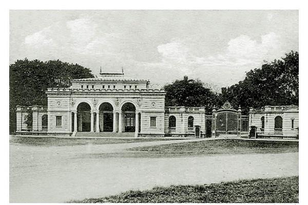 Quảng trường Ba Đình ban đầu là một cổng phía Tây của Kinh thành Thăng Long