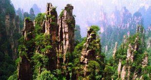 Thiên Môn Sơn nằm trên đỉnh núi Thiên Sơn