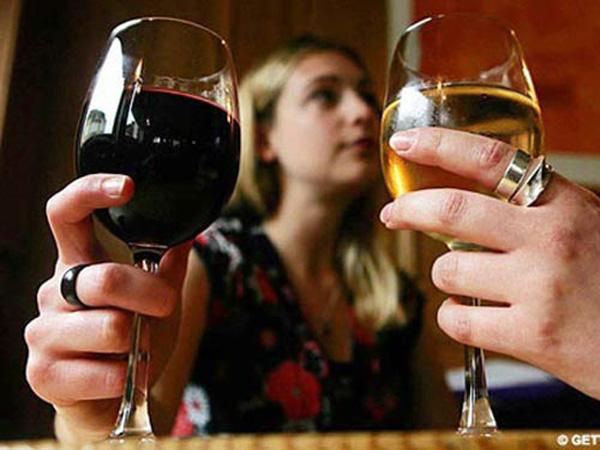 Nằm mơ thấy uống rượu đánh con gì dễ trúng, có điềm báo gì